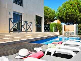 REFRESHING VILLA, PRIVATE POOL, WI-FI, AIR CON & 10MIN WALK FROM THE BEACH