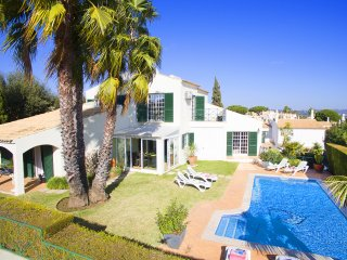 SUPERB VILLA, SEA VIEW, AIR CON, WI-FI, HEATABLE POOL & GAMES ROOM