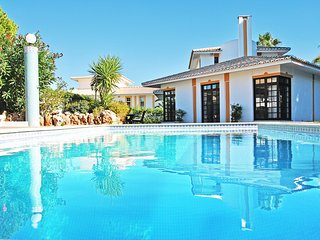 CHARMING VILLA, HEATABLE SWIMMING POOL, AC, WI-FI AND 2 MIN DRIVE TO THE BEACH