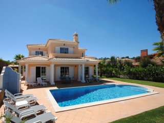 LUXURY VILLA, W/ AIR CON, FREE WI-FI, AND JUST 1 MILE FROM THE BEACH...