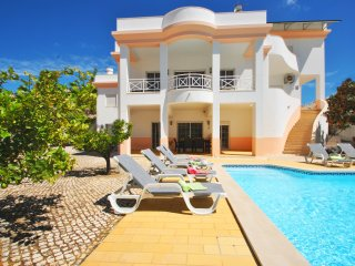 MAGNIFICENT VILLA, WITH WI-FI, GAMES ROOM, AIR CON & LARGE HEATABLE POOL