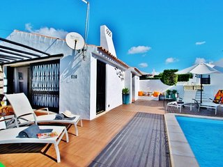 FANTASTIC VILLA W/ HEATABLE POOL, AIR CON, WI-FI & JUST 450M TO THE BEACH