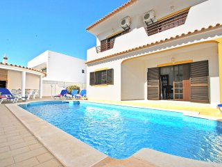 AMAZING VILLA W/ BBQ, AIR CONDITIONING, WELL-KEPT GARDEN, PRIVATE HEATABLE POOL
