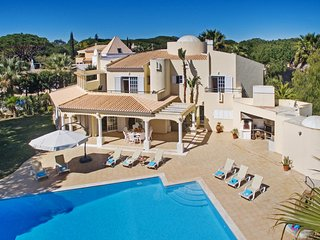 AMAZING 4 BED VILLA W/ HUGE POOL, AIR CON, FREE WI-FI & CLOSE TO THE BEACH...