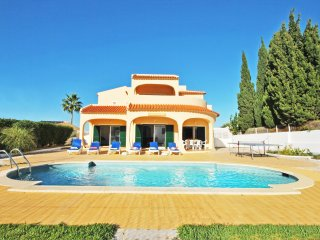 FABULOUS TRADITIONAL VILLA, W/ WIFI, AIR COND, BBQ & PRIVATE HEATABLE POOL
