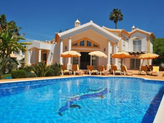 LUXURY VILLA W/ HEATABLE POOL, FREE WI-FI, AIR-CON & SUPERB MARINA VIEW