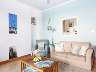 CASTAWAYS modern ground floor seafront apartment, private decked terrace, in Mar