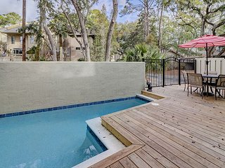 Luxury Harbour Town 5BR w/ Private Deck & Lounging Pool - Water Views