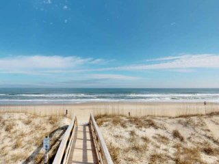Steps to the Beach, Beautiful Sunsets & Views, Luxury Condo, Elevator and Tiki B