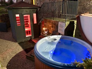 Derbyshire 4 poster, terrace outdoor hot tub and sauna, use of indoor pool