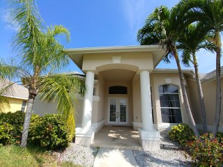 Quinta Costa | Large Gulf Access Canal Home with Heated Pool,  Kayaks & Bikes