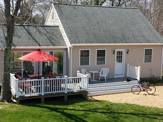 MCEL2 - Oak Bluffs, Newly Updated 2 Bedroom Home. Located just one mile from Tow