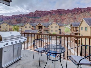 Modern red rock-view condo w/shared seasonal pool & hot tub - close to Moab