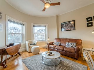 Historic condo with a shared roof terrace & city views - walk to everything!