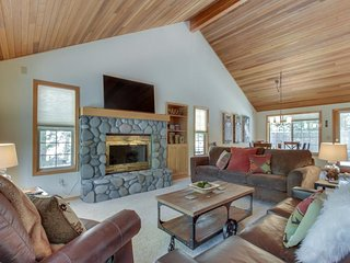 Family-friendly house w/ private hot tub, shared pool, tennis, & 8 SHARC passes!