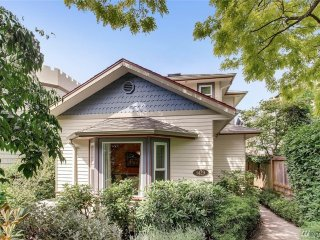 Modern Luxury in Queen Anne with Elliot Bay views at 8 min to space needle