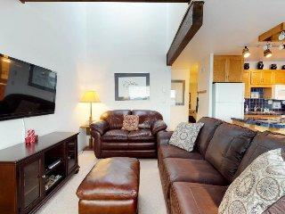 Bayfront suite w/ shared heated pool, hot tubs, sauna, & marina slip - dogs ok!