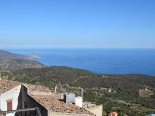 Spectatular view overlooking the Mediterranean. 15 miute drive to beach