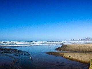 Cozy studio w/shared pool, hot tubs, sauna & dock - bay views, walk to beach!