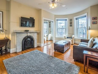 Stunning South End studio w/ updated finishes & amazing central location!
