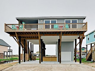 New Crystal Beach 3BR Cottage w/ Tiki Bar & Water-View Balcony—Walk to Beach