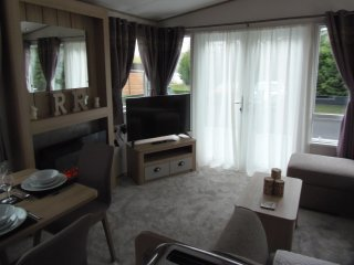 LUXURY CARAVAN RENTAL WITH HOT TUB - TATTERSHALL LAKES COUNTRY PARK LINCOLNSHIRE