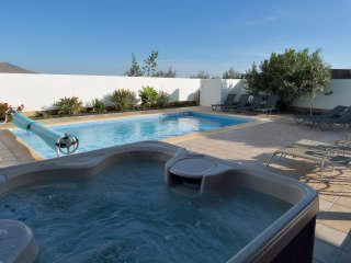 A MODERN DREAM VILLA IN PLAYA BLANCA WITH HOT TUB, POOL TABLE, AC, HEATED POOL