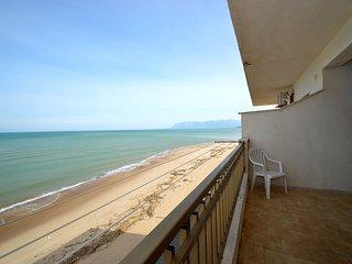 AL067 Appartamento sul mare 6 posti climatizzato veranda, parcheggio