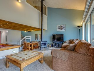 Cozy home w/amazing views, shared hot tub! Walk to slopes & enjoy free shuttle!