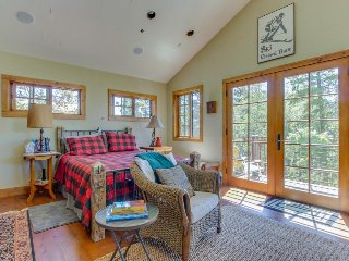 Quiet mountain view condo w/ private deck, close to skiing, trails, & town!