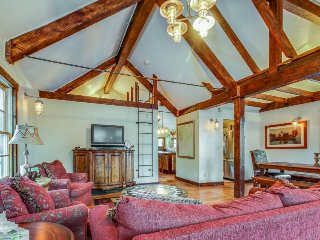 Western-chic getaway close to ski bus & town - dogs welcome!