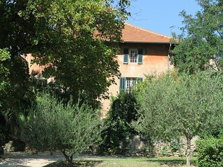 En Provence, dependance climatisee de bastide dans domaine d'exception au calme