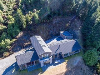 Southerly 4 BR Luxury Villa Lake and Mountain Views Queenstown NZ