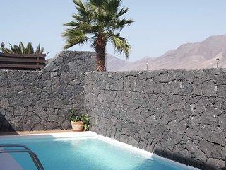 Playa Blanca Villa Sleeps 6 with Pool Air Con and WiFi - 5630222