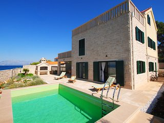 Exclusive Villa with pool at seafront