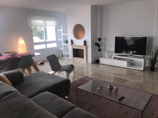 Large living area with 55' SmartTV