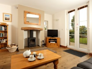 Holly Cottage (Sleeps 4) Pet Fiendly, Walk to Pubs and Restaurants