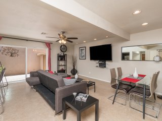Swanky Townhouse w/Heated Pool & Pet Friendly-Scottsdale