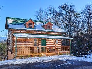 Log Cabin,3 King Suites w/ VIEWS, Sleeps 10, Hot Tub, Pool Table,2 miles to Pkwy