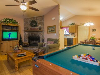 Family Friendly, WiFi, Pool table, hot tub.close to Dollywood/Gatlinburg/Parks.