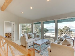 Bright & airy coastal escape - ocean views, gas fireplace, close to beach!