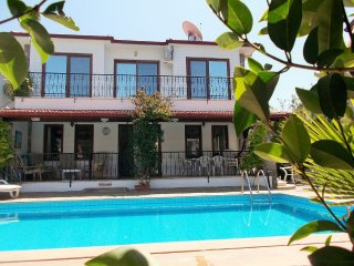 Contemporary detached Villa-Quiet location PRIVATE POOL-5 mins walk into town.