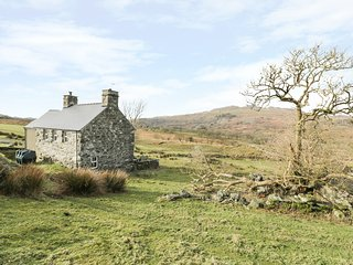 ISALLT BACH, rural retreat, woodburner, pet-friendly, Porthmadog, Ref 939210