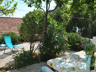 Charming Cottage + Garden 50m to Beach, 20m to Restaurant, Quiet Neighbourhood