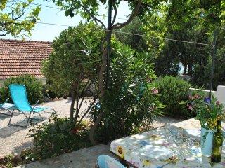 Charming Cottage + Garden 50m to Beach, 20m to Restaurant, Quiet Neighbourhood