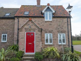 BAY DREAM, pet-friendly cottage, family friendly, swimming pool on site, close b