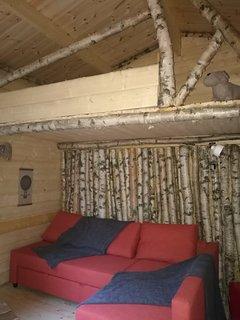 L'intérieur des chalets est confortable et spacieux, avec une mezzanine et un coin salon.