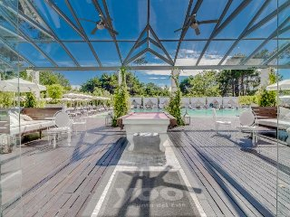 NEW LISTING! Chic city view condo w/terrace & shared pool, spa, beach service