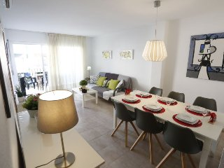 2 bedroom Apartment with Air Con, WiFi and Walk to Beach & Shops - 5401969