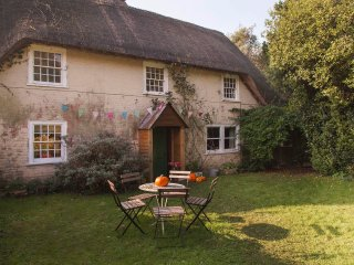 Eccentric, thatched cottage full of vintage finds, wild beach 1km, nr Lymington.